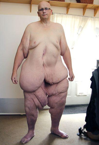 Обнаженный и очень толстый мужчина